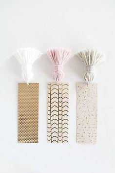 Corta una caja de cartón en tiras para hacer unos señaladores geniales.   17 Impresionantes regalos DIY que puedes hacer con cosas que hay en tu casa