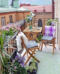 Mesa y sillas en balcón pequeño