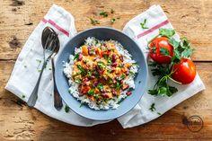 Eines unserer absoluten Lieblingsgerichte – Basmatireis mit einer super leckerenTomaten-Erdnusssauce! Blitzschnell gemacht und wahnsinnig lecker ?