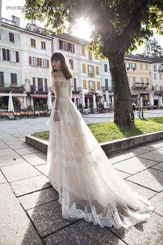 Gli abiti da sposa di Pinella Passaro sono disegnati per rendere speciale il tuo matrimonio. Nei nostri atelier troverai abiti da sposa sartoriali disegnati su misura.