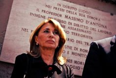 Questa mattina, a Roma, quando il collaboratore domestico è arrivato in casa ha trovato forzato il portoncino d'ingresso. http://tuttacronaca.wordpress.com/2013/08/31/furto-a-casa-dantona-la-moglie-hanno-preso-solo-quello-che-era-rimasto/