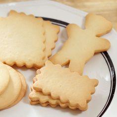 バターの香り豊かでサクサクの型抜きクッキーは、みんなが大好きなおやつの定番。こちらでは、シンプルな材料で作る、クッキー作りの基本が詰まった入門レシピをご紹介します。 作り方のポイントはふたつ。生地を均一の厚さに伸ばすことと、まだ冷たいうちに型抜きを終えること。 このレシピをマスターしたら、チョコペンでお絵かきしたり、カラフルにアイシングしたり、飴を入れてステンドグラスクッキーにしたり、お好きなアレンジを楽しんでくださいね。
