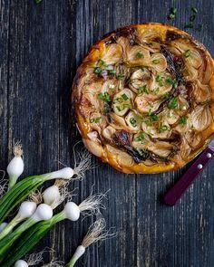 Voici une belle recette, simple et délicieuse, de tarte tatin salée, aux oignons nouveaux et au sirop d'érable !