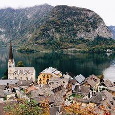 Hallstatt, Upper Austria (Oberösterreich), Austria, a charming village. Photo courtesy of via_traveltrove on Instagram. | #hallstatt #austria #upperaustria