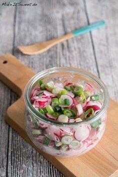 Ein sehr schnelles und einfaches Rezept für einen Radieschensalat mit wenigen Zutaten. Ideal zum Vorbereiten, als Beilage zum Abendessen oder Grillen sowie zum Mitnehmen als Mittagessen ins Büro. Mit Frühlingszwiebeln und Sahne