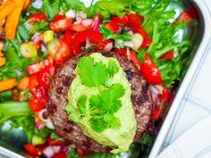 Burger med avokado krem Salsa, Beef, Posts, Food, Cilantro, Spinach, Blogging, Meat, Messages