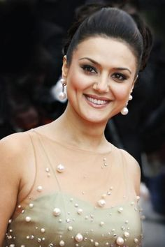 Preity's House in Bevrly Hills Bollywood actress Preity Zinta has bought a lavish house, to spend her vacations, in Beverly Hills worth an amount of Hindi Actress, Bollywood Actress Hot, Beautiful Bollywood Actress, Most Beautiful Indian Actress, Bollywood Stars, Bollywood Photos, Bollywood Fashion, Bollywood Girls, Bollywood News
