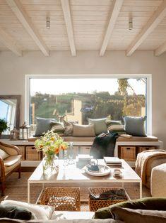 SALÓN · REFORMA Y DECORACIÓN VIZCAYA, NATALIA ZUBIZARRETA INTERIORISMO. Aprovechando la estructura del edificio, creamos la distribución de la casa, la cubierta, los forjados y le dimos a la vivienda terrazas y un porche desde el que disfruta de unas magníficas vistas al mar. Se trata de una reforma integral realizada en Tazones, Asturias, que hizo que nos trasladáramos para ofrecer un servicio de interiorismo completo, a distancia. Patio Interior, Interior And Exterior, Elegant Living Room, Arched Windows, Beach House Decor, Home Decor, Living Room Paint, Exterior Design, House Design