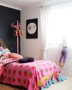 Boho kids bedroom | girls bedroom ideas using vintage finds. More on the blog www.fourcheekymonkeys.com
