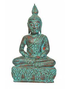 Farbenfrohe Buddha Statue in sitzender Positon in Sukhothai Stil. Durch den aufwenigen Farbauftrag, bei dem mehrere Farbschichten aufgetragen und wieder abgeschliffen werden, erhält dieser Buddha seine besondere, ganz eigene Anmutung. Rötlich schimmert es immer wieder durch die türkis farbene Oberfläche der Buddha Statue durch, wodurch sie lebendig wirkt und eine ganz besondere Anmutung erhält.