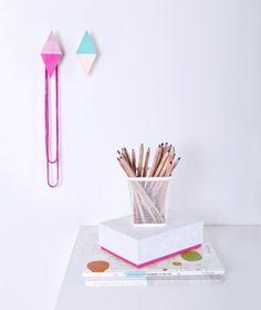 Moderno y original set de 2 percheros para la pared en forma de rombo pintados en dos tonos de rosa y turquesa - Minimoi