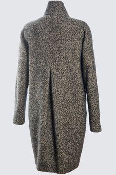 Bist du auf der Suche nach einem ganz persönlichen Mantel? Dann am besten selber nähen! 1ofa100 liebt den Schnitt von diesem grosszügig geschnittenen und bequemen oversize Mantel. Auf dem rechten Vorderteil liegt eine aufgesetzte Tasche und zusätzlich hat der gefütterte Mantel  Seitennahttaschen eingearbeitet. Er eignet sich hervorragend zum Tragen, über einen Blazer oder mit mehreren Schichten darunter, im layering Look.  Das Besondere an den Schnitten von trendSCHNITT ist, dass man zu…