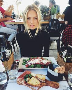 Romee Strijd shared by Joline on We Heart It Modelos Victoria Secrets, How To Pose, Top Models, Looks Cool, Pretty People, Selfies, Brunch, Hair Makeup, Food And Drink