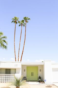 Fall in love with the mid-century architecture of Palm Springs, California! Palm Springs Houses, Palm Springs Style, Palm Springs California, California Homes, Spring Architecture, Modern Architecture, California Architecture, Pinterest Inspiration, Mid Century Exterior