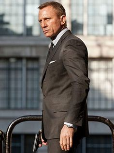 Daniel Craig... A sauve man in an impeccably styled suit... I cannot resist ;-)