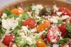 """Skøn salat med tomat, blomkål og feta er en opskrift på en sund, nem, smagfuld og hurtig salat med frisk basilikum. Der skal intet til at vende en salat fra """"jeg spiser det kun fordi det er sundt"""" til """"nøj, v"""
