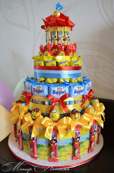 ru / Cake from Barney and juice to kindergarten and school .ru / Торт из Барни и соков в садик и школу….ru Cake from Barney and juices to kindergarten and school. – Cakes made of sweets – monier - Candy Birthday Cakes, Candy Cakes, Diy Birthday, Birthday Gifts, Sucker Bouquet, Candy Bouquet, Chocolate Crafts, Bar A Bonbon, Edible Bouquets