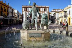 Ronda. Imagen de la bandera de Andalucía. Hércules entre dos columnas dominando a dos leones.