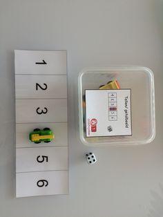 Rollen met de dobbelsteen, op het overeenstemmende cijfer auto parkeren Busy Boxes, Car Themes, Numeracy, Preschool Activities, Kindergarten, Teacher, Preschool Transportation, Spelling, Stage