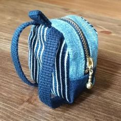 はぎれで簡単☆ミニミニリュックポーチ♡ジーンズリメイクでも! - 暮らしニスタ Macrame Patterns, Chiffon, Small Bags, Zipper Pouch, Puppets, Drawstring Backpack, Fashion Backpack, Sewing Projects, Beanie
