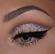 Brown Creme Eyeshadows | Cut crease Eye Makeup Look | Black Winged Liner and Silver Glitter Liner | Makeup for Green Eyes | Long Mink Lashes #makeup #eyemakeup #liner #glitter #silver #eyes #green #eyeshadow Pin: @amerishabeauty