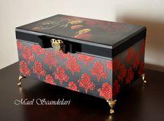 Caixa Porta-trecos personalizada - postada com autorização da cliente Decoupage Vintage, Decoupage Paper, Vintage Diy, Painted Trunk, Painted Boxes, Wooden Jewelry Boxes, Jewellery Boxes, Decopage Furniture, Shabby Chic Boxes