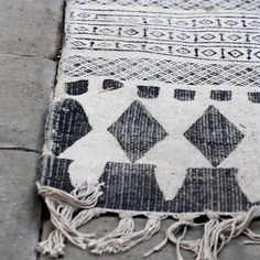 Monochrome rug inspo via Pinterest #blackandwhite #rug #flatweave #weave #interiordesign #homedecor #atlasfound by atlas_found
