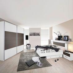Tolles Schlafzimmer mit zahlreichem Zubehör und vielen Möbeln ...