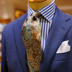 BEAMS F 店内トルソーのVゾーン。シックで男性的なコーディネートですが、全体のトーンが少し明るい事で、重くなり過ぎず好感が持てるスタイリングです。スーツとシャツのブルーの色目を揃える事で、ネクタイが程好く主張しつつ、ネクタイにブルー系の色が入っていることで、派手すぎない絶妙なニュアンスを出しています。