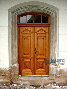 Replika historických dvoukřídlých, zdobených, smrkových dveří, rámová zárubeň s nadsvětlíkem, nátěr lazurou.