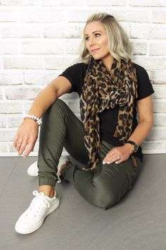 Ideas For Fashion Summer Outfits Women Scarfs Summer Fashion Outfits, Summer Outfits Women, Spring Outfits, Mode Outfits, Casual Outfits, Olive Pants Outfit, Sport Mode, Animal Print Outfits, Mode Plus