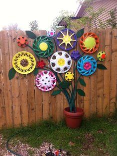 Flowers made from hubcaps garden decor - Flowers garden decor craft DIY make easy bouquet fence paint flowerpot fun ideas - # Garden Crafts, Garden Projects, Garden Art, Diy Projects, Fence Art, Diy Fence, Flower Wall, Flower Pots, Flowers Garden