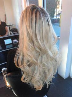 Stunning curly platinum hair - All For Hair Color Trending Blonde Hair Shades, Blonde Hair Looks, Blonde Hair With Highlights, Brown Blonde Hair, Blonde Balayage, Black Hair, Butter Blonde Hair, Blonde Honey, Blonde Braids