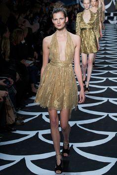 La robe jaune d'or du défilé Diane von Fürstenberg à New York