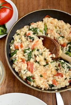 Arroz com tomate , espinafre ---- Tomato Basil and Spinach risotto. One of my coworkers brought this to work and it was AMAZING! It's healthy too(: Bless her heart for sharing with me. Risotto Recipes, Pasta Recipes, Dinner Recipes, Cooking Recipes, Cooking Risotto, Cooking Tips, Chicken Recipes, Pasta Dishes, Food Dishes