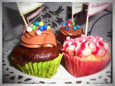 Für Schokofans :Schokoladen Cupcakes mit Karamell Kern und einem leicht salzigen Schoko Frosting. Für die süßen Früchtchen: kleine Himbeer-Eierlikör Cupcakes mit einem weiße-Schokoladen-Himbeer Frosting gebacken