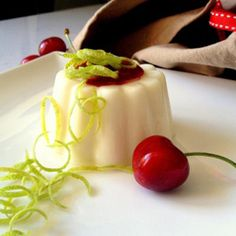 Panna cotta al limone con salsa True Blood alla ciliegia #italianrecipes #italianfood
