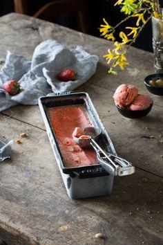Abkühlung gefällig? Dann ist Zeit für Eis. Frische Erdbeeren und einen Schuss Amaretto, dazu knackige Amarettini. Und das ziemlich flott gemacht.  Erdbeer-Amaretto Eis 500 g Erdbeeren (, halb…