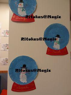 Bola de Neve - Prato de papel pintado de azul com glitters, depois de seco pintamos o pé da criança para fazer o boneco de neve com pormenores de tinta de relevo. A base cartolina vermelha.