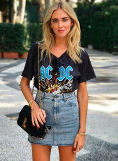 Chiara Ferragni combinou a saia jeans com t-shirts descoladas para um resultado mais cool.