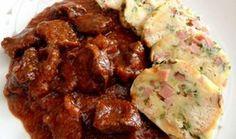 Hovädzie guláš a petržlenovej knedle Czech Recipes, Ethnic Recipes, Beef Recipes, Cooking Recipes, Bread Dumplings, Beef Goulash, Main Meals, Food To Make, Foodies