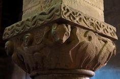 Colegiata de San Pedro de Teverga - Capitel románico con un oso