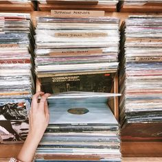 play the records // vintage vibes // inspo Pink Floyd, Guns N' Roses, Bonheur Simple, All The Bright Places, Eleanor And Park, Retro Mode, Music Aesthetic, Aesthetic People, Come Undone
