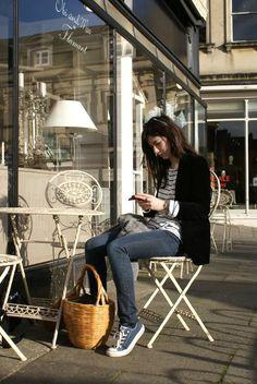 Love the wicker basket as a handbag, very Jane Birkin. Casual Street Style, Casual Chic Style, Estilo Converse, Converse Style, Blue Converse, Sneakers Style, Converse Sneakers, Parisienne Chic, Jeanne Damas