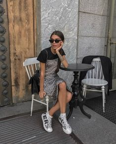 Slip Dress imprimé léopard sur t-shirt style grunge des années 90 90s Fashion Grunge, 90s Grunge, Grunge Look, Grunge Style, New Fashion Trends, Fashion Week, Look Fashion, Fashion Outfits, Summer City Fashion