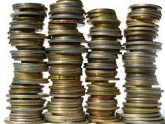 Brudny pieniądz to sformułowanie, które ma nie tylko metaforyczne znaczenie. Badania naukowców dowiodły to, czego można było się domyślać: pieniądze do czystych nie należą. Zdecydowanie lepsze pod tym względem są monety, bo tylko 13 % z nich zawiera bakterie. Dla porównania w przypadku banknotów jest to aż 42 %. A skąd bierze się specyficzny zapach monet? Spowodowany jest kontaktem skóry z metalem, w trakcie którego dochodzi do reakcji i rozkładu pewnych substancji z naszego ciała.