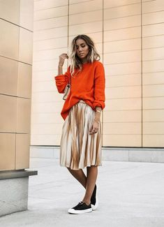 Gorgeous Pleated Skirt Outfits: Whenever the word pleated skirt is mentioned, it brings to mind a retro look with girls and women in midi length skirts are Casual Look, Look Chic, Skirt Outfits, Modest Outfits, Gold Skirt Outfit, Orange Skirt Outfit, Modest Fashion, Fashion Outfits, Skirt Fashion