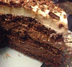 Teria um aniversário aqui em casa e queria muito fazer algo especial. Na hora, me lembrei desse bolo trufado, que há alguns anos atrás fiz....