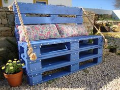 Add seating to your backyard with this basic (but lovely!) pallet bench. #diy