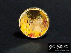 Anello artigianale regolabile in cassa metallica e resina da inclusione omaggio all'artista Gustav Klimt. Vai al link per tutte le info: http://glistolti.shopmania.biz/compra/anello-artigianale-omaggio-a-gustav-klimt-604 Gli Stolti Original Design. HandMade in Italy. #glistolti #moda #artigianato #madeinitaly #design #stile #roma #rome #shopping #fashion #handmade #handicraft #handcrafted #style #bijoux #arte #art